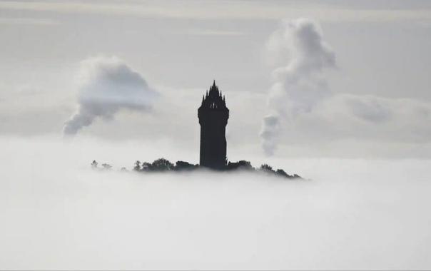 Окутанный туманом памятник рыцарю Уильяму Уоллесу, Шотландия.