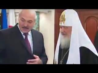 """Лукашенко подарил Патриарху картину с храмом в Брестской крепости, где погиб его дядя, и трехметровый """"Слуцкий пояс"""" из золота."""