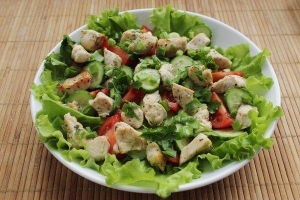 Салат из курицы и свежих овощей — отличный и быстрый обед
