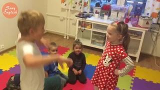 Ваня помогает детям осваивать английский