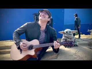 Роберт Родригес играет на гитаре для Малыша Йоды