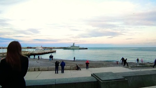 15 апреля 2021 г. Ялта, вечерний курорт и военный кораблик. Набережная на Южном Берегу Крыма.