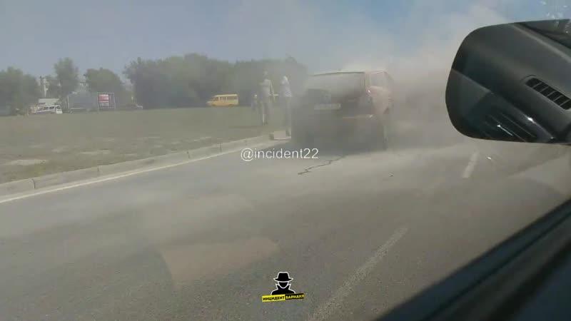 На кольце Власихинская - Малахова напротив Ашана загорелся автомобиль Mazda CX (Инцидент Барнаул)