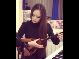 Красивая казашка исполняет красивую казахскую мелодию на домбре