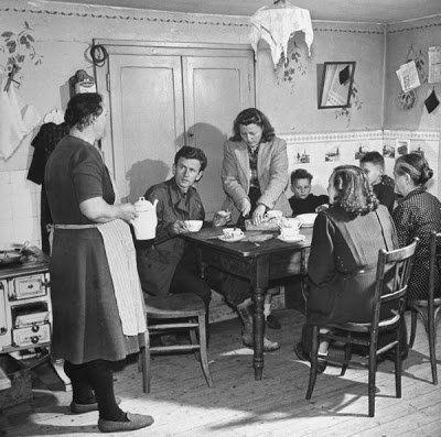 В 1947 году американский солдат Эрнест Крейлинг после свадьбы отправился со своей супругой в необычный медовый месяц по городам Европы Вместе они повторили боевой путь Эрнста, посетив места