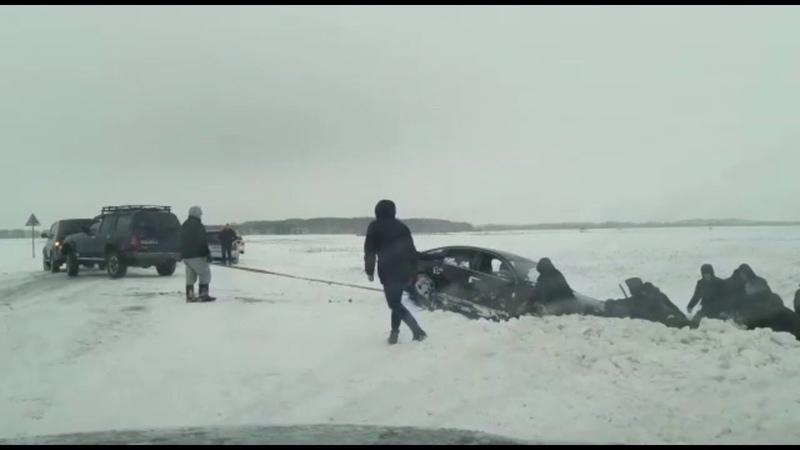 20 человек и 2 внедорожника вытащили машину из кювета 3 01 2020
