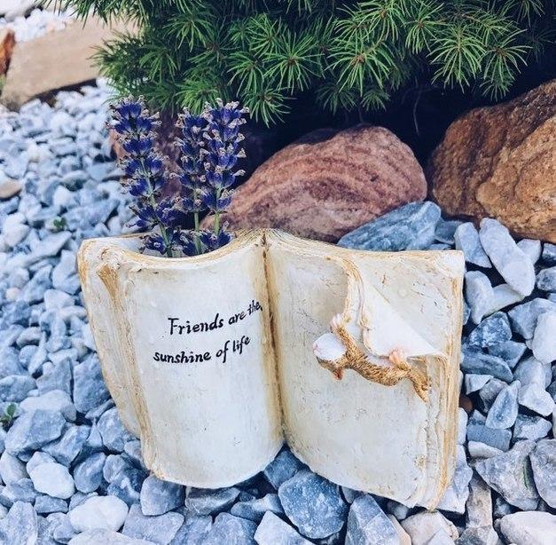 Оригинальная ваза в виде книги с обгоревшими страницами