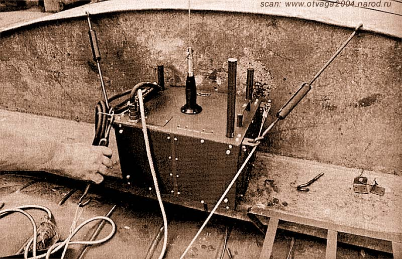 Устройство для радиоэлектронного подавления радиоуправляемых взрывных устройств на кабине автомобиля «Урал». Чечня, Грозный, 2000 год