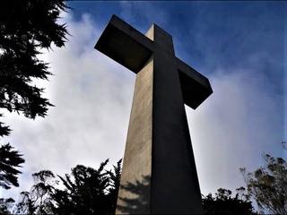В Сан - Франциско на высокой горе Дэвидсон стоит большой Крест в память о геноциде христиан в мире.