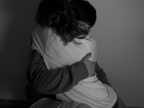 Фото парня и девушки со спины в обнимку на аву черно белое