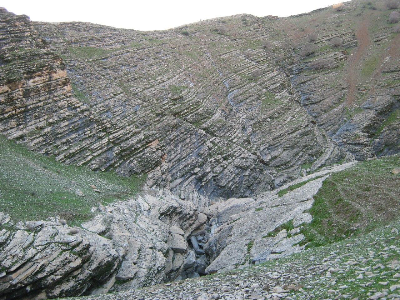 красивый геологический разрез около Даррех Шахр