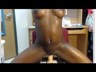 Негритянка блестит голая в масле   oiled booty black girls with dildos