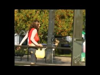 Женщина без лифчика в прозрачной блузке на автобусной останое