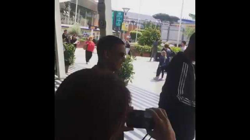 Daddy Yankee в аэропрту в Неаполе, 9 июня