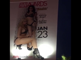 Anikka Albrite показывает свой плакат для AVN Awards на улице, секс звезда порно модель