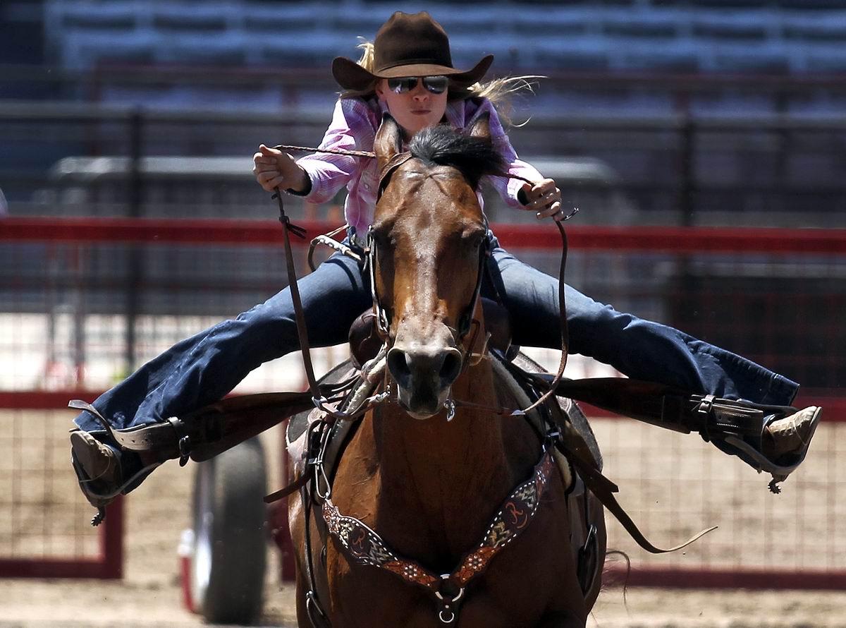 А вам слабо сделать шпагат, скача на лошади?!: Начинающая техасская ковбойша