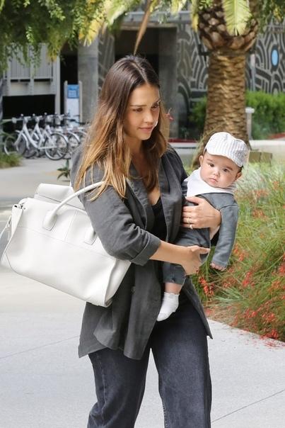 Джессика Альба на прогулке с подросшим сыном
