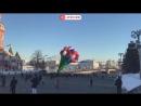 Аэростат в форме цветов запускают с Красной площади в Москве