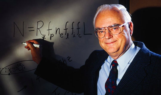 Доктор Дрейк пишет свое знаменитое уравнение на доске. Источник: SETI.org