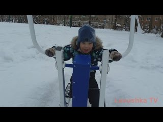VLOG Гуляем в парке Playing at the Park on the Playground