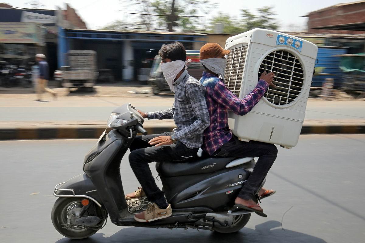 В нашем деле главное удержать равновесие и не грохнуться: Мастер класс грузоперевозок от индийских мотоциклистов