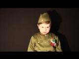 маленький мальчик поет от души.