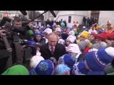 Путин на детской елке в Кремле Тише тише я хрустальный))) Вот так вот без охраны . Щелк щелк и все. Трешак начинается с 5.10 . Т