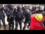 Испанская национальная полиция избивает каталонских пожарных, вставших на стор...