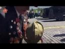 Дети подбежали к уходящим с Красной площади ветеранам и стали их обнимать