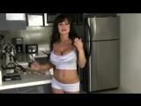 Сексуальная милфа Liza Ann  сосет соблазняет большими сиськами и сочной попкой