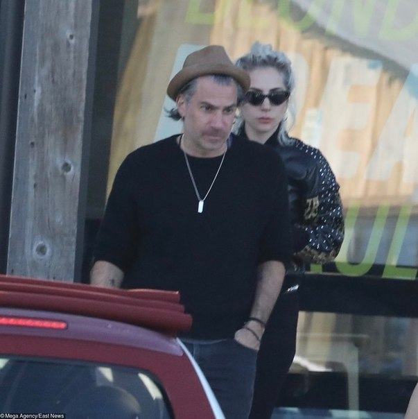 Роковая парочка: Леди Гага и ее жених появились на публике в парном total look