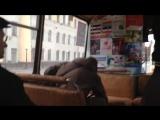 Бухой отжикает в автобусе.
