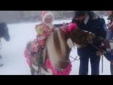 Марианна на пони без настроения.