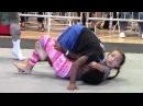 Девочка проигрывает мальчику в борьбе .