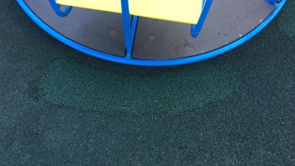 Резиновое покрытие отремонтировали на детской площадке на Псковской улице