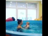 Вот такие нежности происходят у нас в бассейне :) и заметьте, это не мама! Это отношения тренера и малыша :)