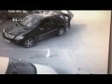 В Екатеринбурге местный мажорик решил встать на место, отмеченное как парковка для инвалидов, но получил лопатой по голове