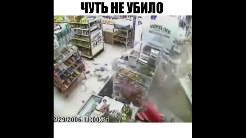 Чуть не убило. США. Нетрезвый водитель пробил стену супермаркета на своем авто, чуть не убив продавца. Продавец получил ушибы
