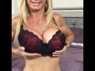 Зрелая мамка в сексуальном белье в чулках большие силиконовые сиськи,грудь, дойки, чужие жены milf mature mom sexwife домашнее в
