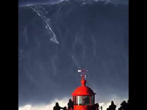 Brasileiro surfa onda de 25 metros em Portugal