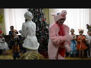 Новый год. свинка танцуют фиксики