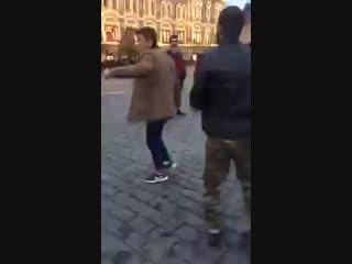 Таджики танцуют лезгинку на Красной Площади.