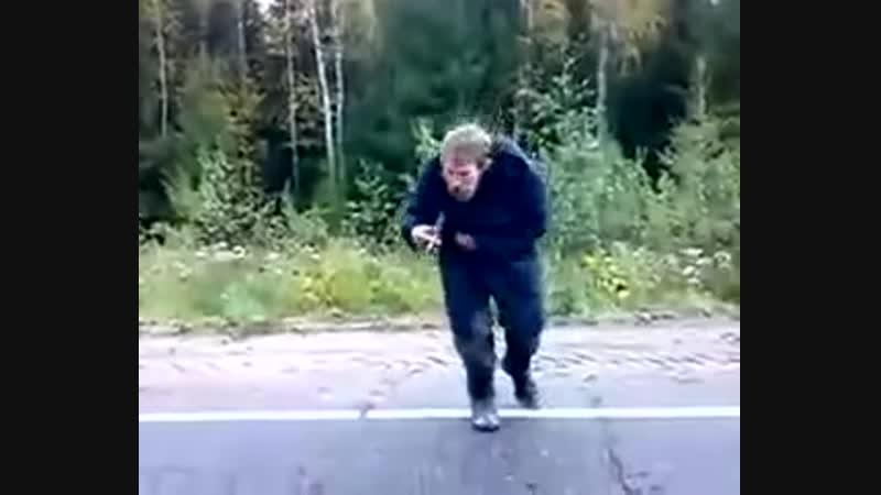 Мужик бежит за машиной и танцует.mp4