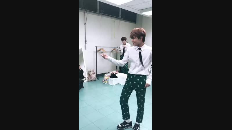DONGKIZ 대기실의 동키즈 2탄 이 영상의 포인트는 무심하게 멜론 먹는 원대를 지나 끼부리며 춤추는 문익이와 시크하게 윙크하는 종형입니다 이게 뭐람 mp4