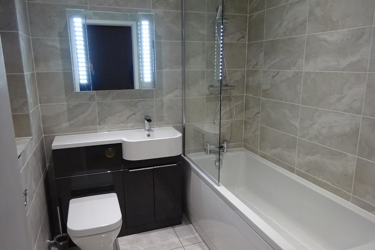 дизайн небольшой квадратной ванной комнаты