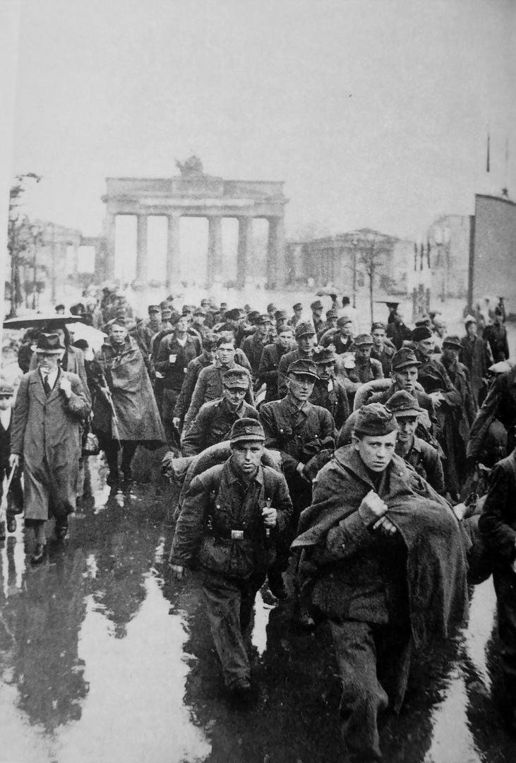 Колонна немецких военнопленных у Бранденбургских ворот. Берлин. Май 1945 года.