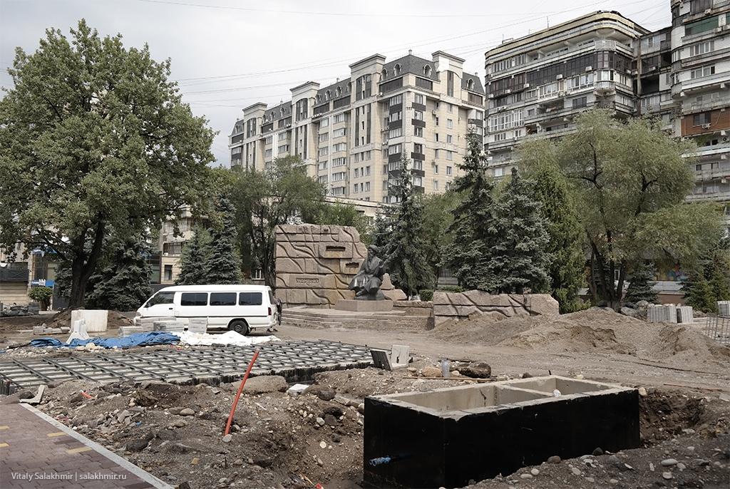 Тротуар перед Тремя Богатырями, Алматы, Достык 2019