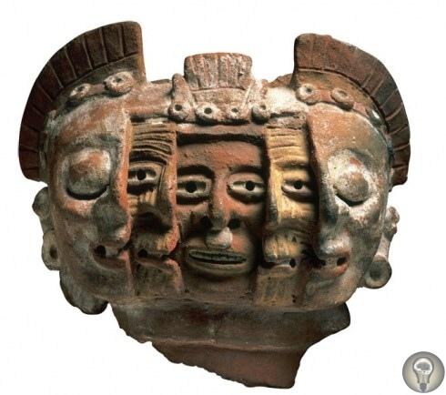 Ацтекская маска. Это ритуальная маска жизни и смерти. Изображает три цикла: первый молодой человек с зубами и гладкой кожей, второй беззубый старик с морщинами и третий мертвец с закрытыми