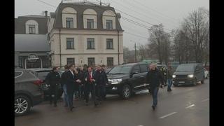 Ляшко на кортеже приехал в суд и в него кинули презерватив. Новости Украины