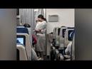 Во время полёта женщина подходила к пассажирам, все были тронуты, когда увидели, что она раздавала